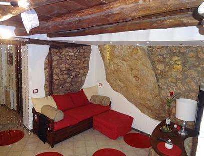 Stuccare un muro in pietra e sassi facciavista www - Case in pietra interni ...