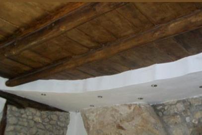 Pulire e restaurare un vecchio solaio in travi e tavole di for Vecchie tavole legno