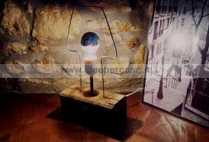 lampada artigianale minimalista realizzata con trave di legno e ferro modellato