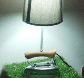 una lampada realizzata con un vecchio ferro da stiro