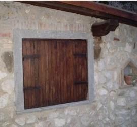 restauro di una finestra di legno