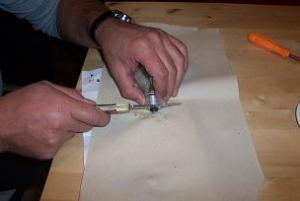 togliere il fondello di ceramica della lampadina