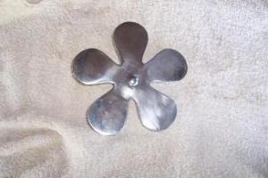sottopentola fiore di metallo