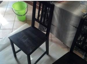 vecchia sedia di legno nera
