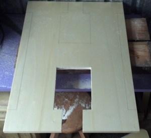 tagliare la lettera dell'alfabeto di legno con un seghetto