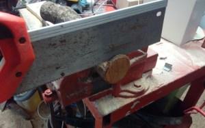 tagliare i tronchetti di legno