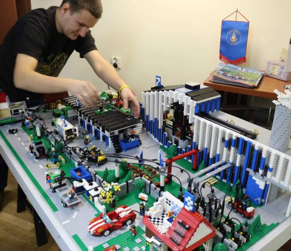 Live show of building models of LEGO® bricks