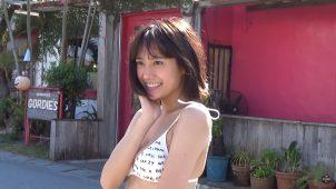 【吉田志織】-カップ ヤンマガ!初めてのグラビア!期待の女優が水着姿を披露!