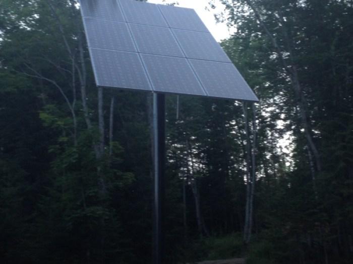 Chalet Lévesque - installation de panneaux solaires sur pointeur Lac Magny - Québec