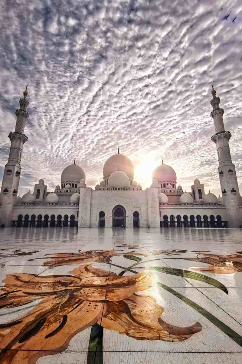 20 photos to inspire you to visit Abu Dhabi - Sheikh Zayed Grand Mosque with beautiful sky