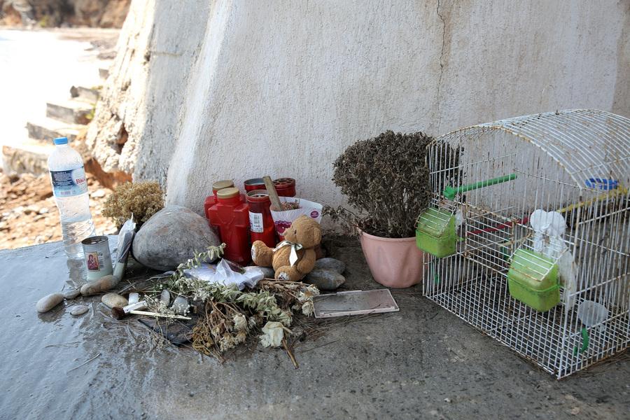 Λουλούδια και προσωπικά αντικείμενα στην παραλία της Αργυράς Ακτής στο Μάτι Αττικής