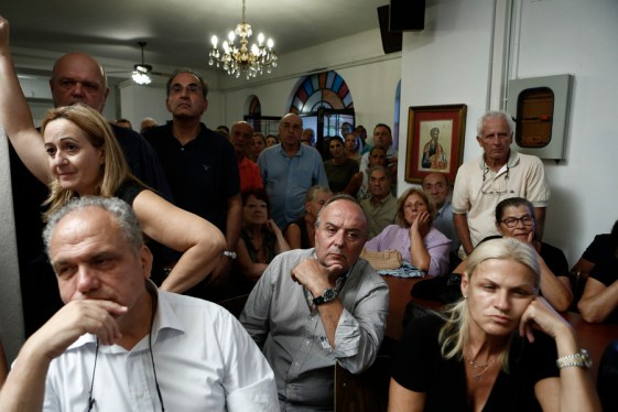 Κάτοικοι παρακολουθούν την ενημέρωση Σπίρτζη -Φωτογραφίες: ΑΠΕ-ΜΠΕ//ΓΙΑΝΝΗΣ ΚΟΛΕΣΙΔΗΣ