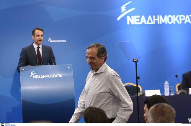 Ο Αντώνης Σαμαράς παίρνει τη θέση του ενώ στο βήμα είναι ο Κ. Μητσοτάκης