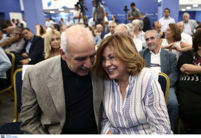 Ο Βαγγέλης Μεϊμαράκης σκάει στα γέλια λέγοντας κάτι με την Μαρία Σπυράκη