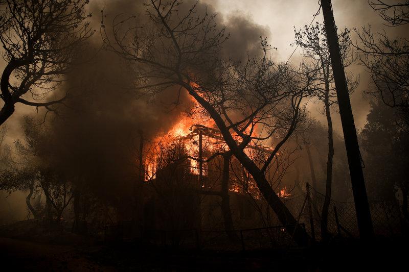 Τουλάχιστον οκτώ σπίτια παραδόθηκαν στις φλόγες.