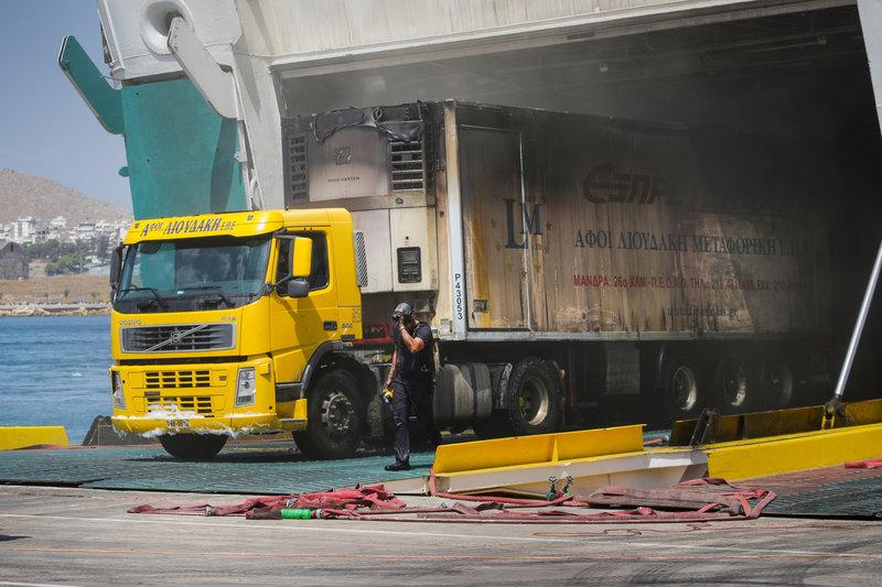 Φορτηγά αρχίζουν να βγαίνουν από το γκαράζ, ενώ οι πυροσβέστες συνεχίζουν την προσπάθεια κατάσβεσης