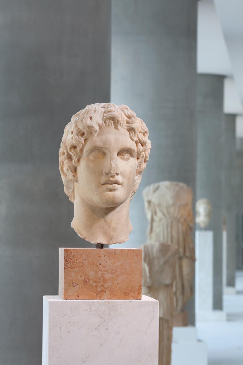 Κεφάλι Μεγάλου Αλεξάνδρου που βρέθηκε το 1886 κοντά στο Ερέχθειο. Έργο του Λεωχάρη ή Λυσίππου, γύρω στο 336 π.Χ. Φωτογραφία: Μουσείο Ακρόπολης.