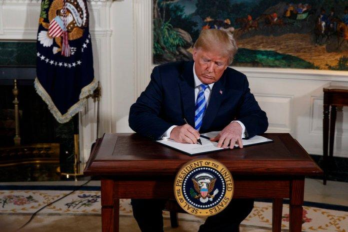 Ο Τραμπ υπογράφει το διάταγμα που επαναφέρει τις κυρώσεις κατά του Ιράν -AP Photo/Evan Vucci