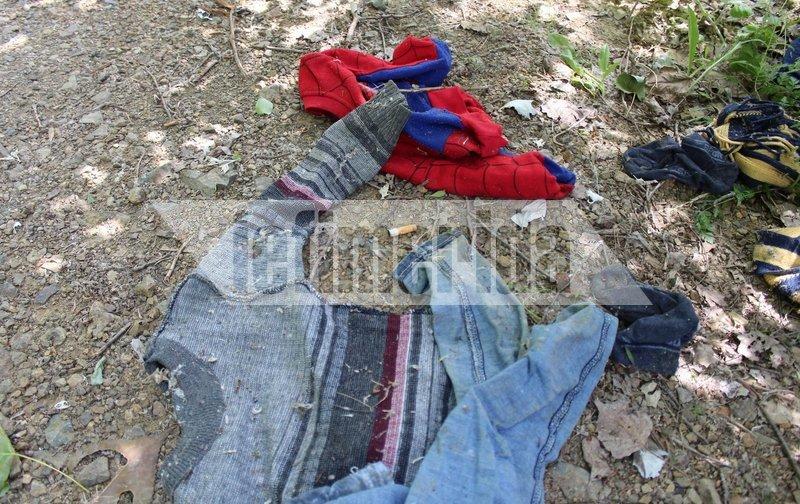 Παιδικά ρούχα που έχουν αφήσει μετανάστες στην όχθη του ποταμού Έβρου.