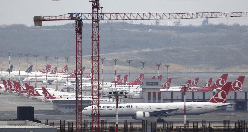 Αεροσκάφη της Turkish Airlines σταθμευμένα στη νέα τους έδρα, το Istanbul Airport