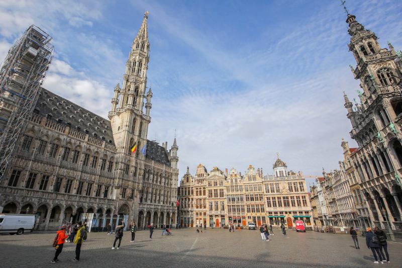 Σχεδόν άδεια η Grand Place στο κέντρο των Βρυξελλών.