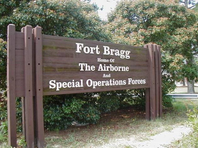 H είσοδος του Φορτ Μπράγκ στη Βόρεια Καρολίνα, έδρα της Delta Force.