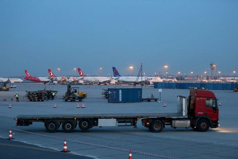 Φορτηγά μεταφέρουν τόνους εξοπλισμού από το «Ατατούρκ» στο νέο αεροδρόμιο της Κωνσταντινούπολης