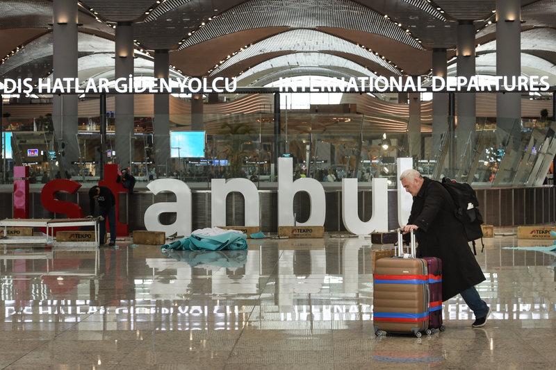 Ταξιδιώτες περιδιαβαίνουν στους χώρους του εντυπωσιακού νέου αεροδρομίου της Κωνσταντινούπολης