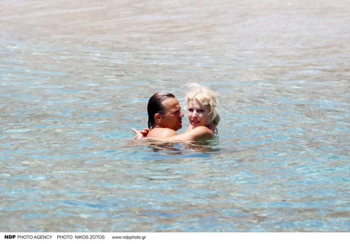 Η Ελένη Μενεγάκη με τον σύζυγό της σε τρυφερά στιγμιότυπα σε παραλία της Μυκόνου