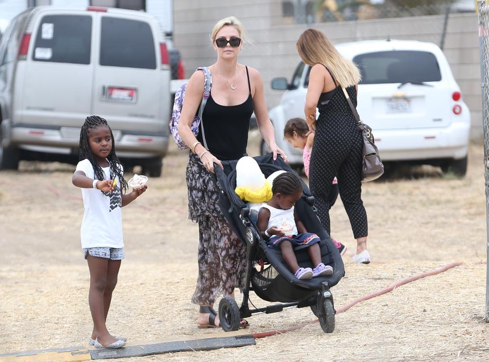 Η Σαρλίζ Θερόν με παιδικό καροτσάκι με την κόρη της Όγκοστ και τον γιο της Τζάκσον