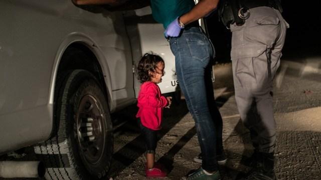 Κοριτσάκι με κόκκινη μπλούζα κλαίει