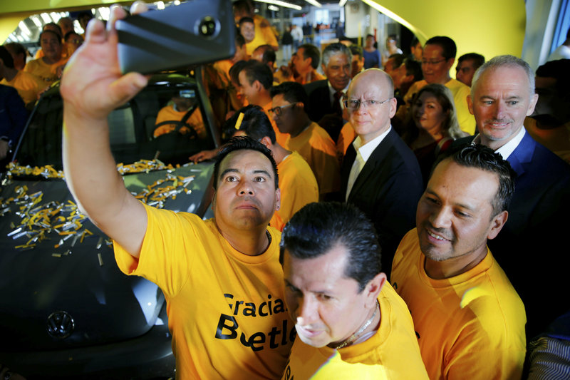 """""""Σ' ευχαριστούμε, Σκαραβαίε"""", έγραφαν στα μπλουζάκι τους οι εργαζόμενοι που συναρμολόγησαν το τελευταίο όχημα"""