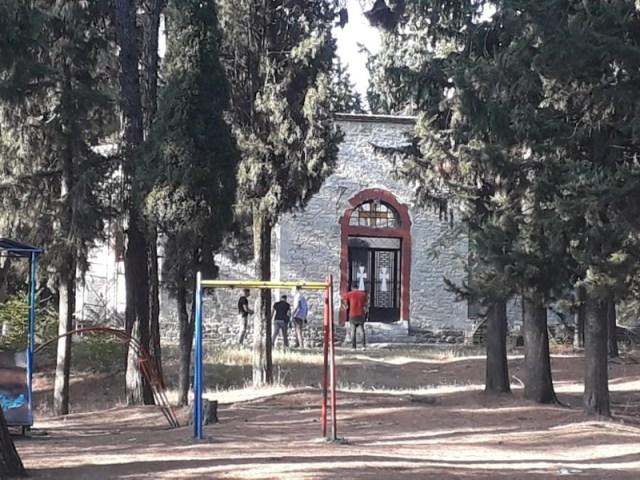 Το εκκλησάκι έξω από το οποίο βρέθηκε νεκρή η νεαρή κοπέλα