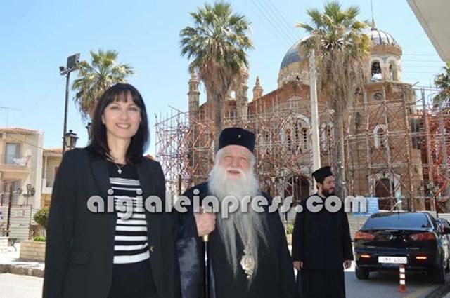 Η Ελενα Κουντουρά με τον Μητροπολίτη Αιγιαλείας