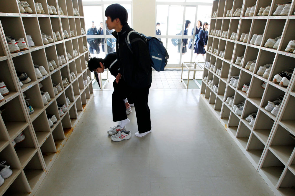 Μαθητές στην Ιαπωνία αλλάζουν παπούτσια πριν μπουν στις σχολικές αίθουσες