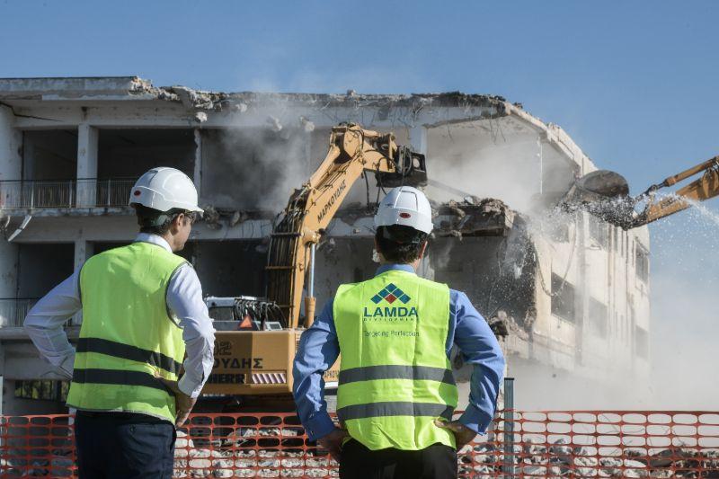 Ο πρωθυπουργός επιβλέπει την κατεδάφιση κτιρίου στο πρώην αεροδρόμιο του Ελληνικού