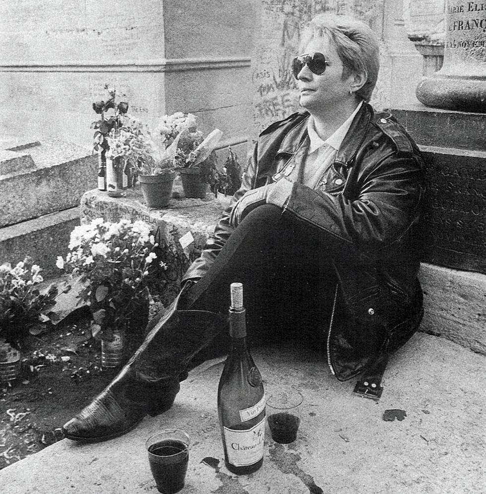 Πίνοντας κρασί στον τάφο του Τζιμ Μόρισον