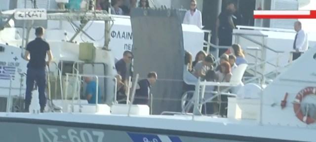 Ανδρες του Λιμενικού απομακρύνουν τους επιβάτες με ασφάλεια