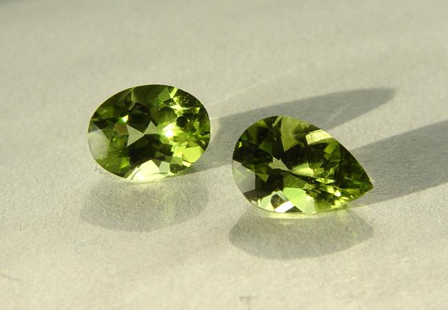 Πέτρες Peridot, από την επεξεργασία ολιβίνη (Φωτογραφία: Wkimedia Commons)