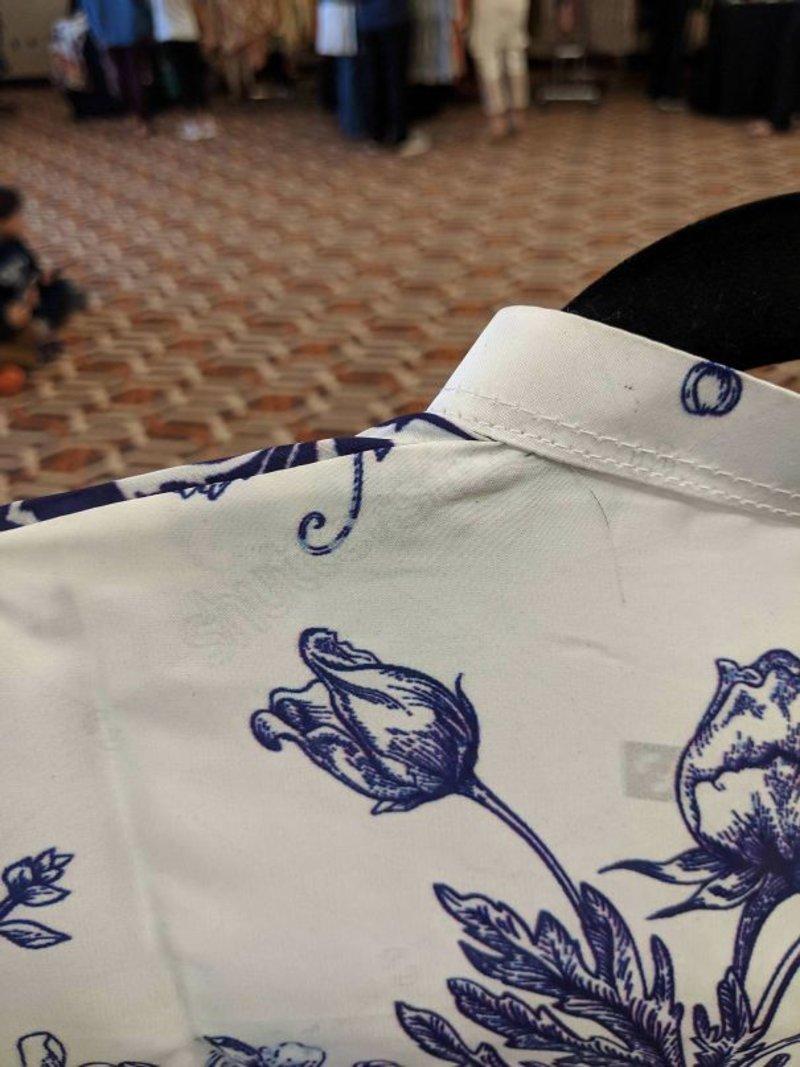 Αυτό το φόρεμα από το Πακιστάν έχει ακόμη και το λογότυπο του Shutterstock επάνω του