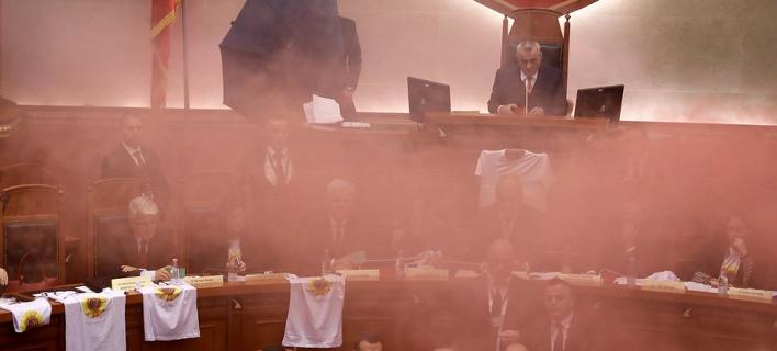 Αναψαν καπνογόνα μέσα στην αλβανική Βουλή (Φωτογραφία: ΑΠΕ/ EPA)