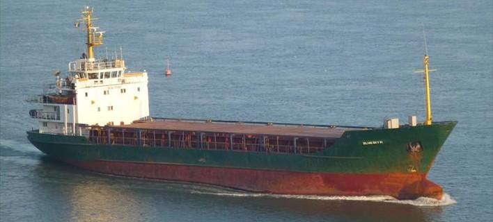 Εκτός ελληνικών υδάτων το πλοίο με τους 700 μετανάστες – Απεμπλέκεται η ελληνική πλευρά