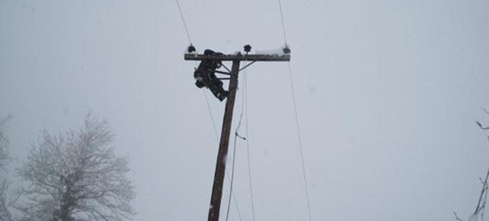Εδειραν τεχνικό της ΔΕΗ που πήγε να επιδιορθώσει βλάβη μέσα στον χιονιά