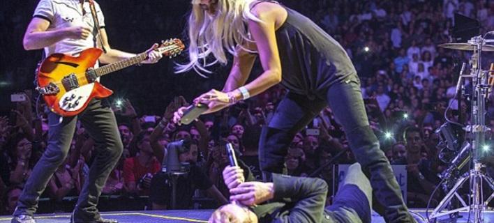 «Τρελάθηκε» με τους U2 η Πενέλοπε Κρουζ - Ξάπλωσε τον Μπόνο στη σκηνή [εικόνες & βίντεο]