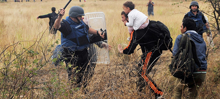Αστυνομικός ξεδιψά μικρό προσφυγόπουλο -Μια εικόνα από το χάος στα σύνορα και άλλες ιστορίες που συγκλονίζουν [εικόνες & βίντεο]