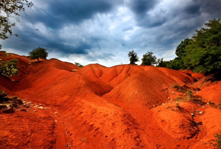 Κοκκινοπηλός: Ενα instagramικό σκηνικό στην Πρέβεζα – Κατακόκκινοι λόφοι, σαν να είσαι στον Αρη – Lefkadazin