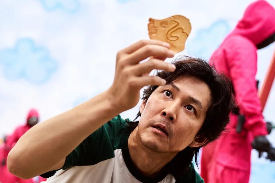 Ο πρωταγωνιστής της σειράς, προσπαθώντας να κόψει προσεκτικά το σχήμα που διάλεξε