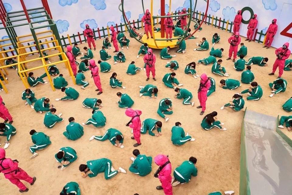 Οι παίκτες προσπαθούν απεγνωσμένα να κερδίσουν σε ένα από τα παιχνίδια, υπό το άγρυπνο βλέμμα των φρουρών