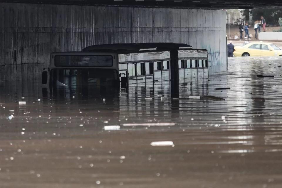 Το λεωφορείο στην παλαιά λ. Ποσειδώνος καλυμμένο από τα νερά -Φωτογραφία: ΓΙΑΝΝΗΣ ΠΑΝΑΓΟΠΟΥΛΟΣ/EUROKINISSI