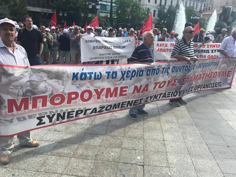 συγκέντρωση των συνταξιούχων στην πλατεία Εθνικής Αντίστασης- φωτογραφία iefimerida
